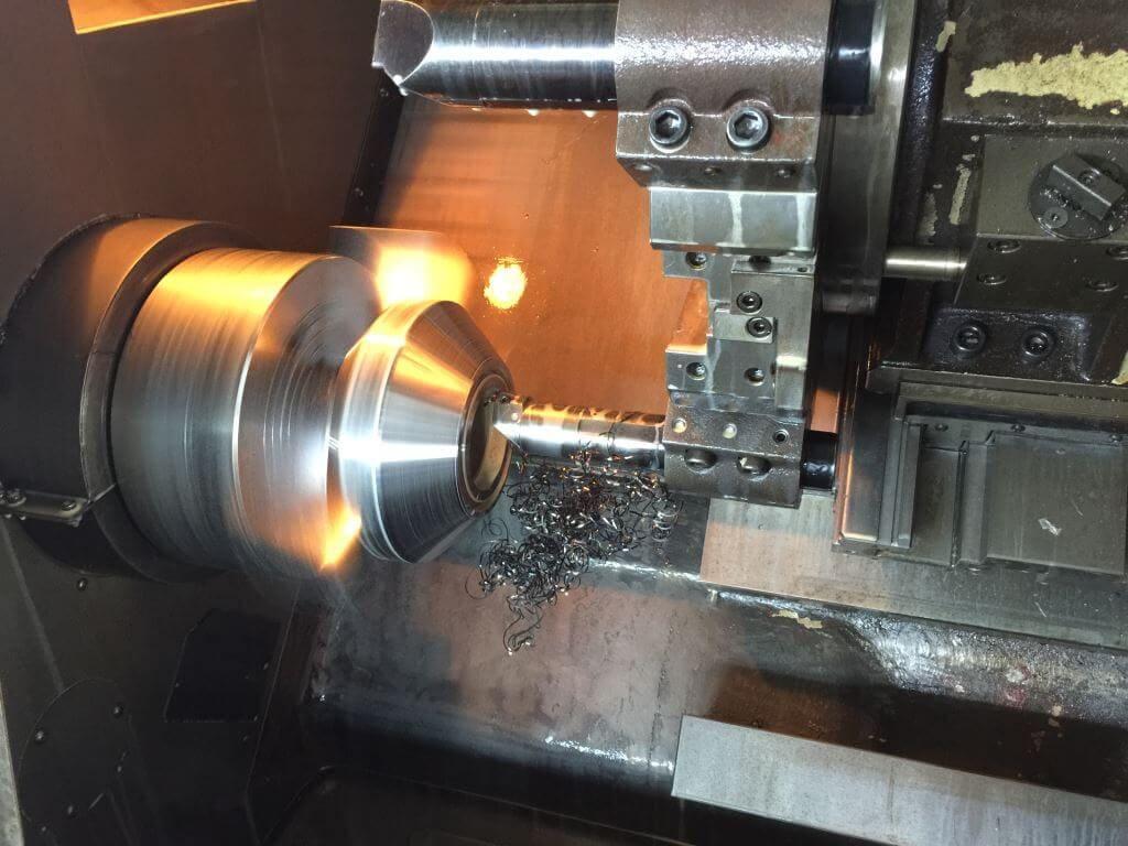 Maszyna tokarska przy pracy